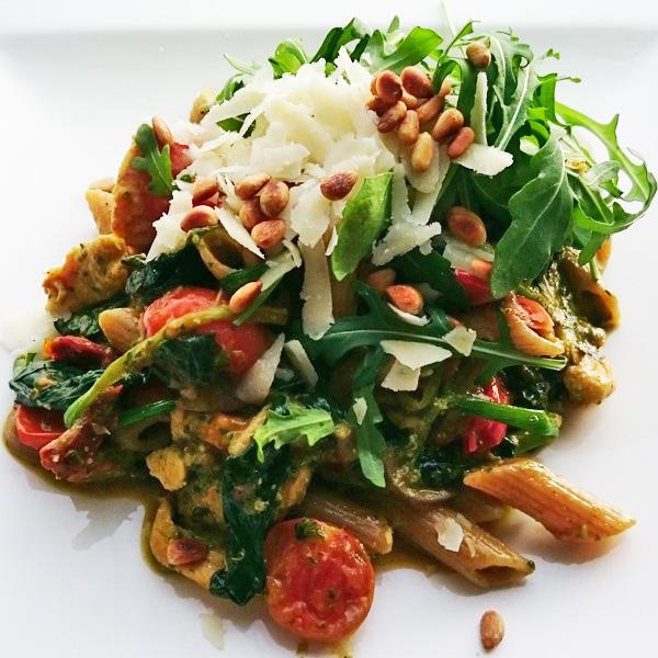 kip met pasta en pesto
